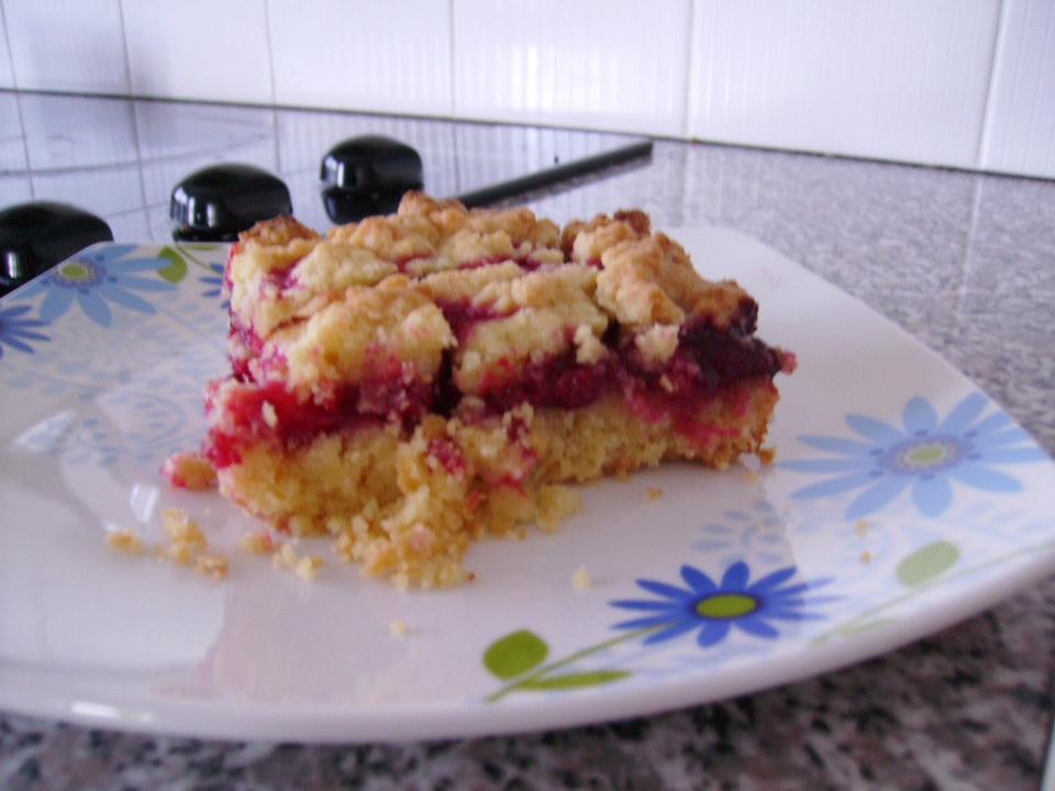 slice of raspberry crumble bar